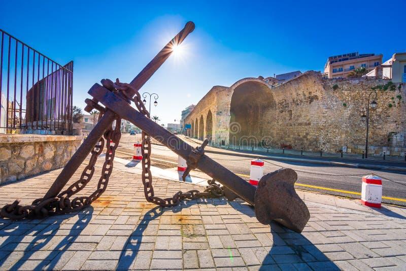 Puerto de Heraklion con el fuerte veneciano viejo Koule, los astilleros y el ancla oxidada fotografía de archivo