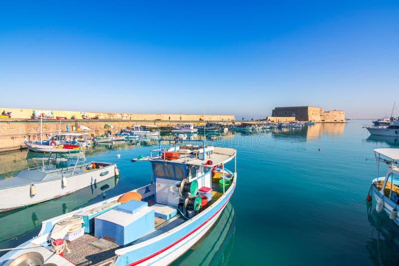 Puerto de Heraklion con el fuerte veneciano viejo Koule y los astilleros fotos de archivo
