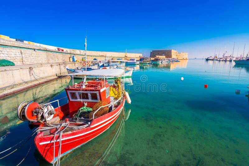 Puerto de Heraklion con el fuerte veneciano viejo Koule y los astilleros imagen de archivo