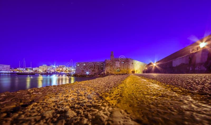 Puerto de Heraklion con el fuerte veneciano viejo Koule y los astilleros, Creta foto de archivo libre de regalías