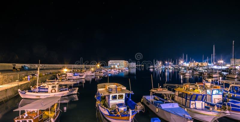 Puerto de Heraklion con el fuerte veneciano viejo Koule y los astilleros, Creta imagenes de archivo