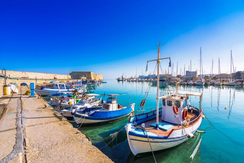 Puerto de Heraklion con el fuerte veneciano viejo Koule y los astilleros, Creta imagen de archivo libre de regalías