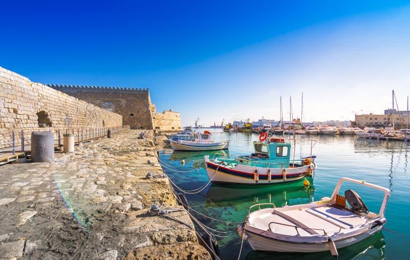 Puerto de Heraklion con el fuerte veneciano viejo Koule y los astilleros, Creta fotografía de archivo
