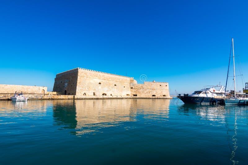 Puerto de Heraklion con el fuerte veneciano viejo Koule y los astilleros, Creta fotos de archivo libres de regalías