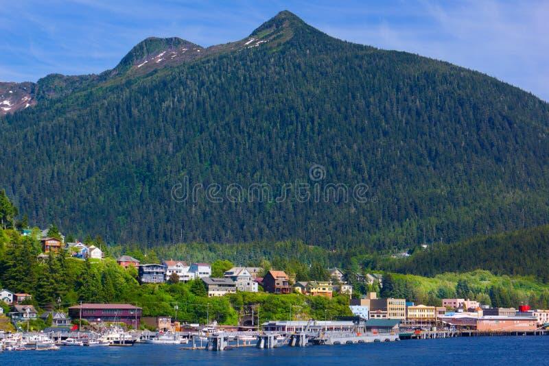 Puerto de Ketchikan Alaska con las montañas que se elevan foto de archivo libre de regalías