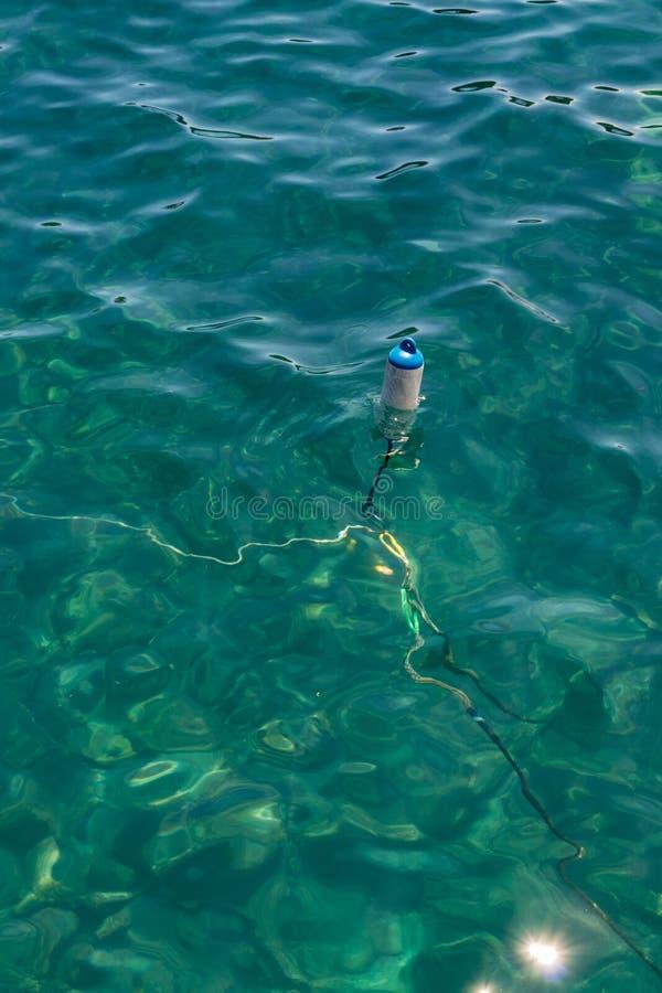 Puerto de la Cruz - atração turística popular e lugar favorito para os locals Boia de flutuação pequena como uma âncora para pequ imagem de stock royalty free