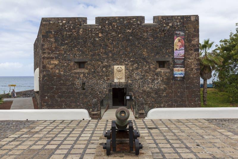 Puerto De La Cruz, Hiszpania 06-06-2019 Mały kasztel: Castillo San Felipe przy Puerto De La Cruz, Tenerife wyspa kanaryjska Tener fotografia stock