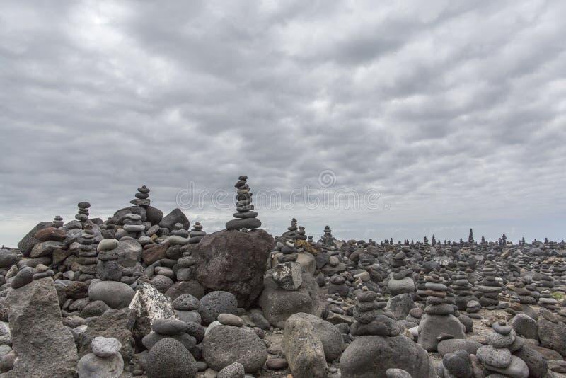 Puerto de la Cruz La pietra accatasta i cairn su Playa Jardin, Peurto de la Cruz, Tenerife, isole Canarie, Spagna Roccia-monume S fotografia stock libera da diritti