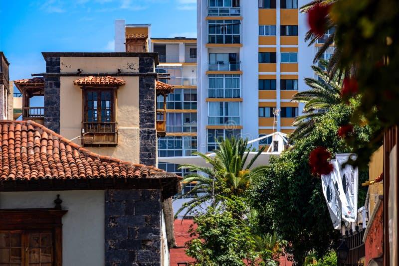 2019-03-21 Puerto de la Cruz, Santa Cruz de Tenerife Velho e novo perto de se opiniões da cidade de Puerto de la Cruz fotos de stock