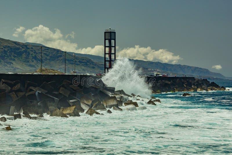 Puerto de la Cruz, Tenerife - 12 de abril de 2017: ideia do townscape e o litoral em um dia ensolarado Farol do mar e forte fotografia de stock