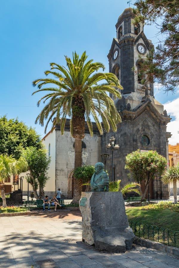 Puerto de la Cruz, Tenerife, Espanha - 10 de julho de 2019: Casas e palmeiras coloridas em ruas Os povos relaxam e têm o divertim imagem de stock royalty free