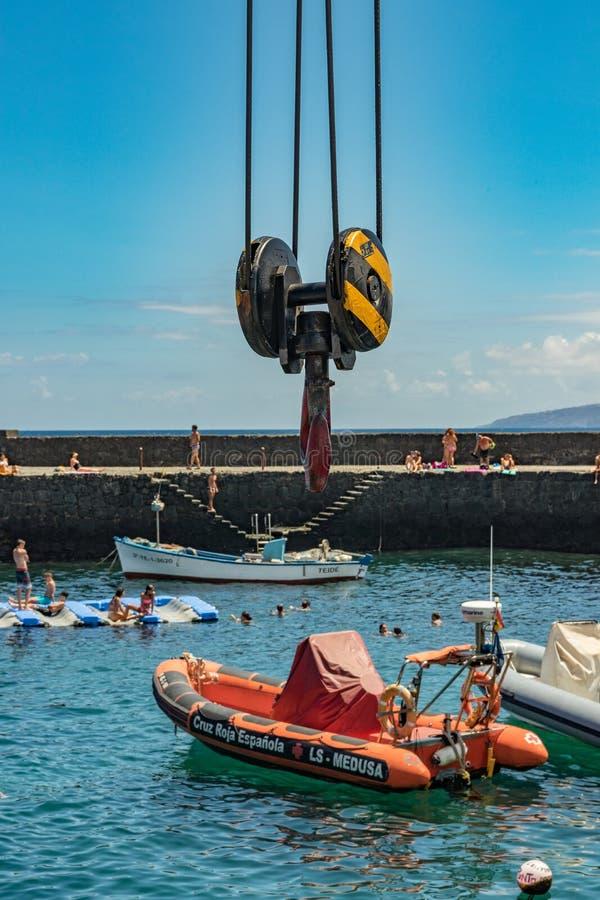 Puerto De La Cruz, Tenerife Hiszpania, Lipiec, - 10, 2019: Stary port miasteczko jest popularnym atrakcją turystyczną ulubionym m fotografia royalty free