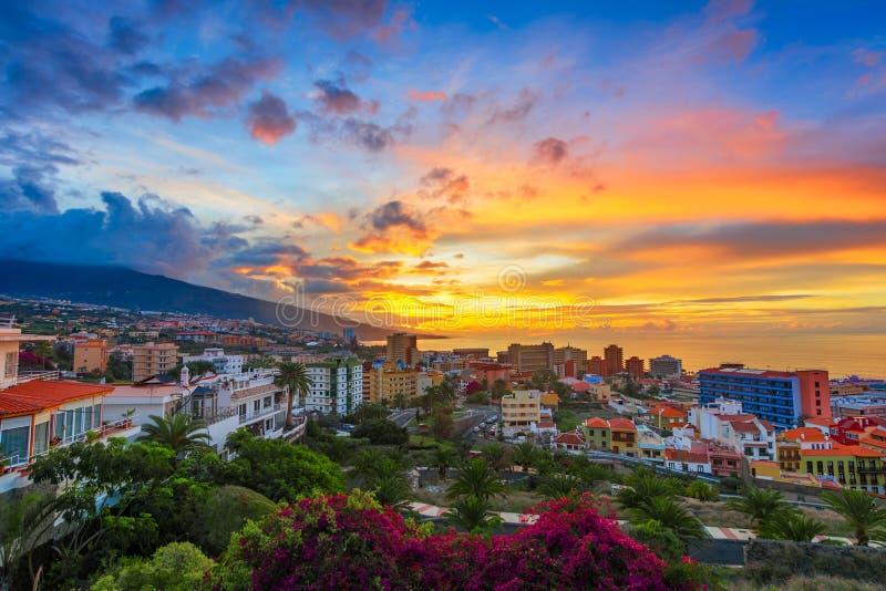 Puerto de la Cruz, Tenerife, Ilhas Canárias, Espanha: Vista sobre a cidade no tempo do por do sol imagens de stock royalty free