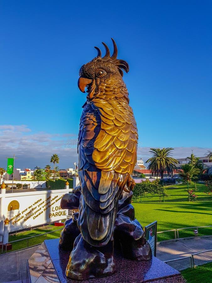 Puerto de la Cruz, Tenerife, Spanje; 2 december, 2018: Bronscijfer met het beeld van een papegaai De Papegaai is het embleem van stock afbeeldingen