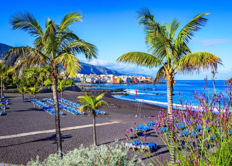 Puerto De La Cruz, Tenerife, wyspy kanaryjska, Hiszpania: Sławny plażowy Playa Jardin z czarnym piaskiem obraz stock