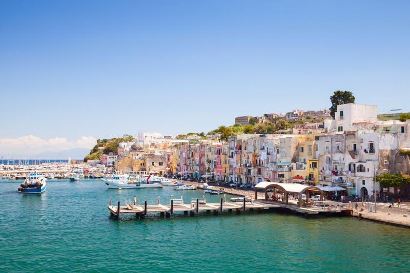 Puerto de la isla de Procida, golfo de Nápoles, Italia fotografía de archivo libre de regalías