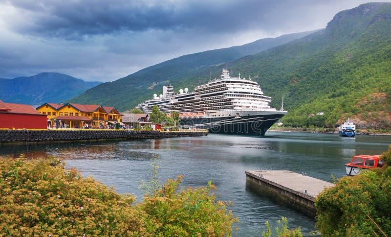 Puerto de la travesía en el pueblo de Flam noruega foto de archivo