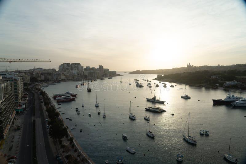 Puerto de La Valeta de Malta en la salida del sol imagenes de archivo