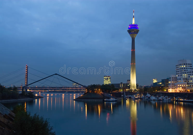 Puerto de los media de Düsseldorf en la noche imagen de archivo
