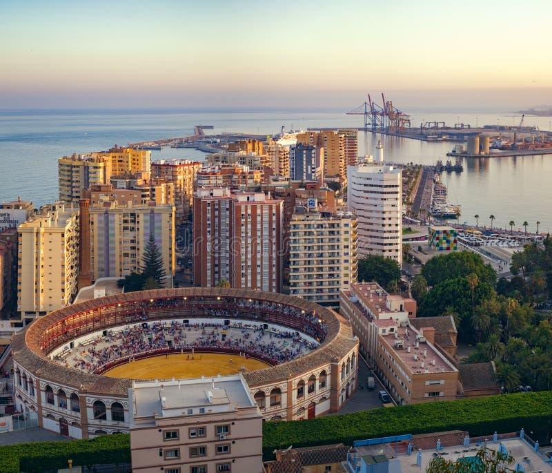 Puerto de Málaga y arena de la tauromaquia foto de archivo libre de regalías