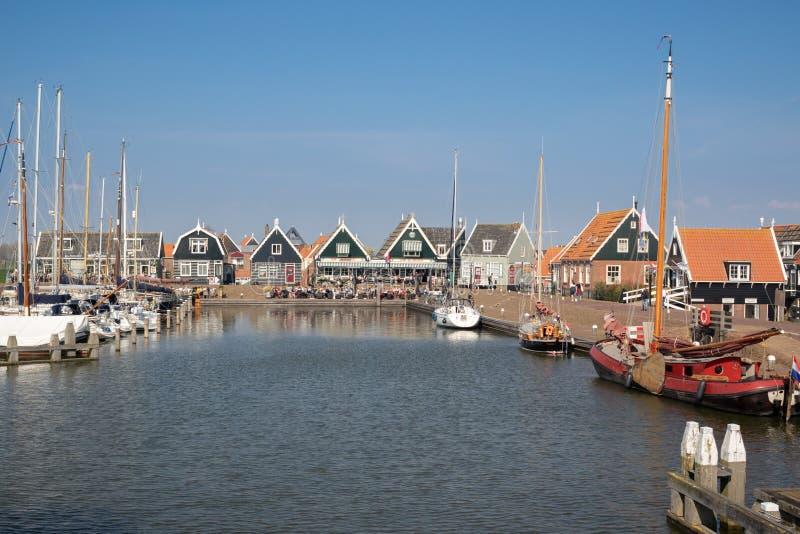 Puerto de Marken - pueblo pesquero pintoresco en Waterland fotos de archivo