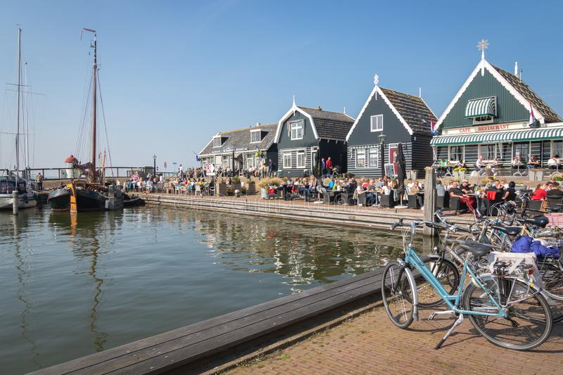 Puerto de Marken - pueblo pesquero pintoresco en Waterland fotografía de archivo