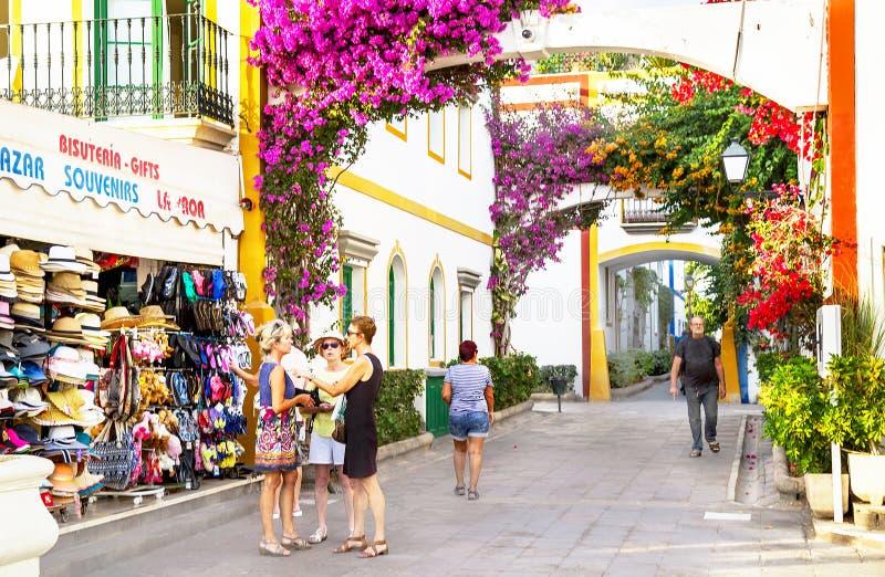 """Puerto de Mogan,西班牙†""""2016年1月23日:人们在豪华旅游胜地Puerto de Mogan 大加那利岛,加那利群岛,西班牙 免版税库存图片"""