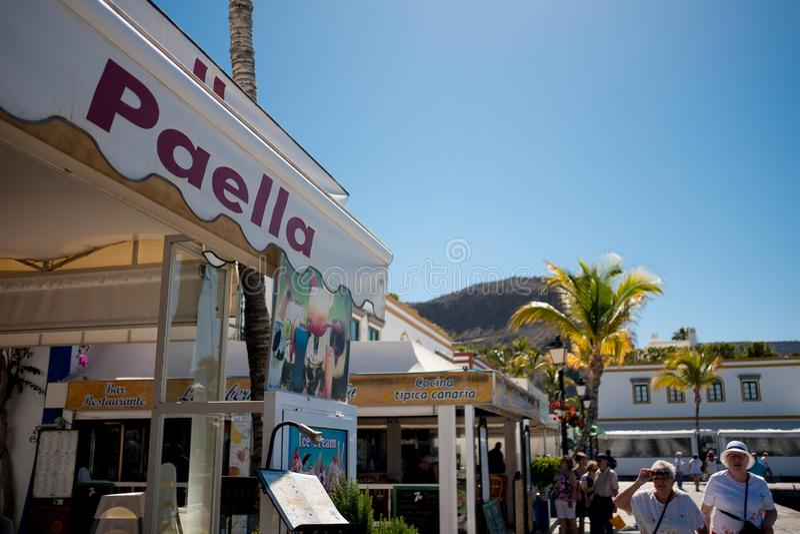 Puerto de Mogan,西班牙- 23可以2019年:肉菜饭在西班牙夏天旅游目的地,Puerto de Mogan小村庄签到  免版税库存图片
