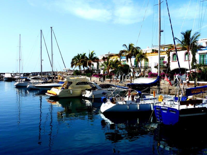 Puerto de Mogan плавать и шлюпки в habor в грандиозных Канарских островах Испании стоковые изображения rf