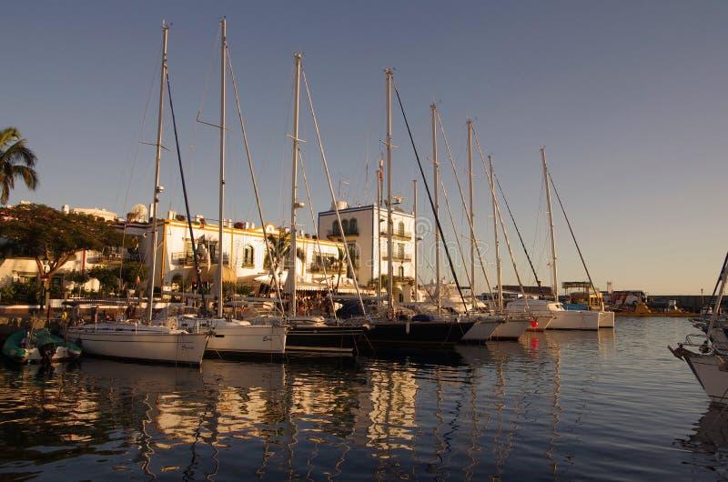 Puerto de Mogan en puesta del sol fotos de archivo libres de regalías