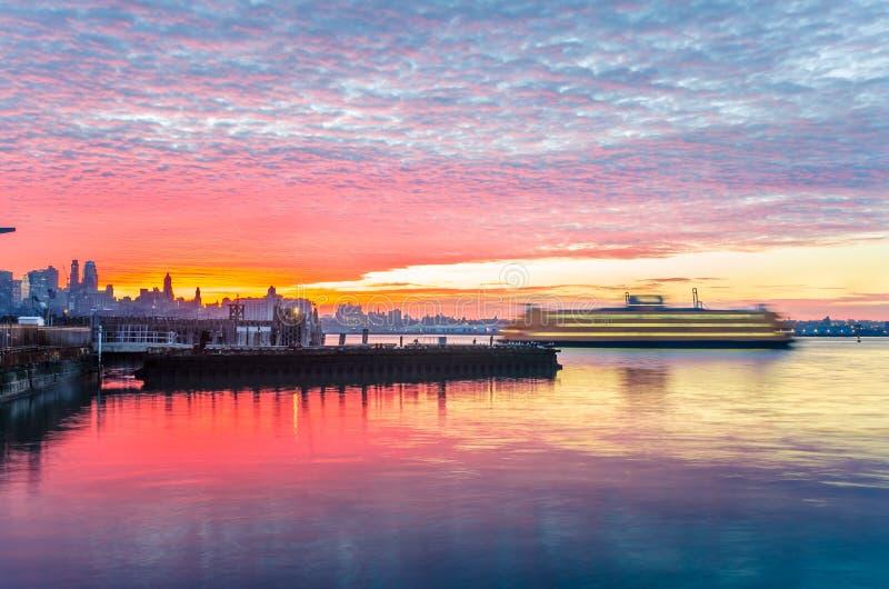 Puerto de Nueva York en el amanecer imagen de archivo libre de regalías