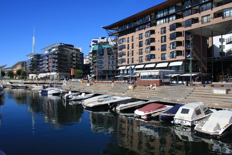 Puerto de Oslo con los barcos y los yates y en fondo algunos modernos imágenes de archivo libres de regalías