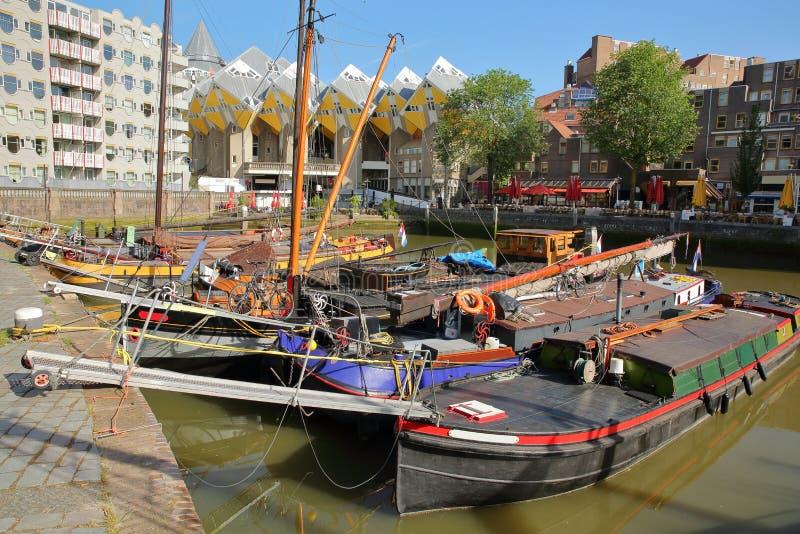 Puerto de Oudehaven con las casas flotantes y las casas históricas coloridas Kijk Kubus en el fondo, Rotterdam del cubo foto de archivo libre de regalías