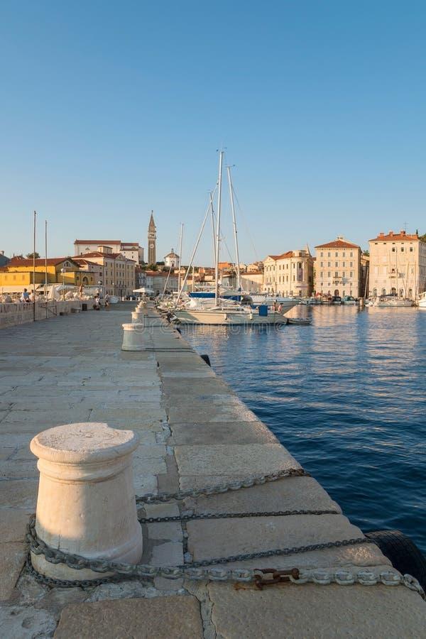 Puerto de Piran con los barcos y de iglesia de San Jorge, Eslovenia foto de archivo