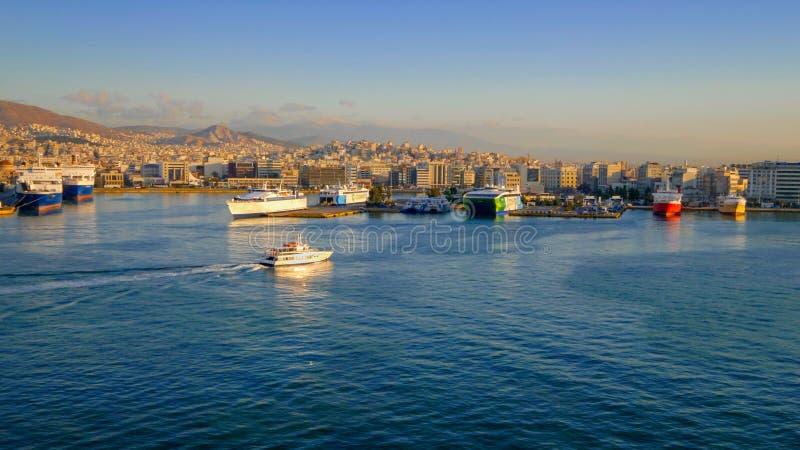 Puerto de Pireo en Atenas, Grecia, logotipos borrosos para el uso comercial fotografía de archivo libre de regalías
