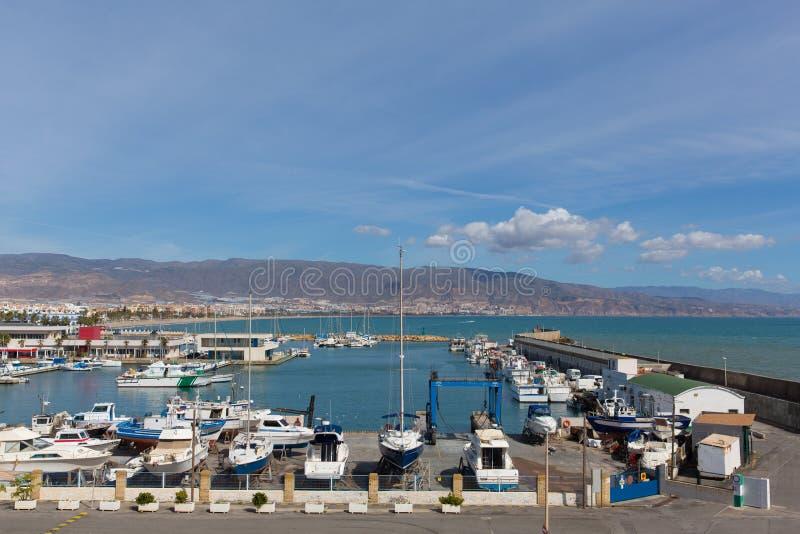 Puerto De Roquetas del Mar Costa De almerÃa w andalucÃa Hiszpania z łodziami w schronieniu obrazy stock