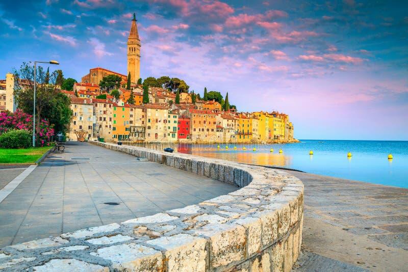 Puerto de Rovinj y ciudad vieja con los edificios coloridos en la salida del sol fotografía de archivo