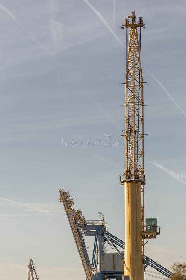 Puerto de Sagunto, due gru, una gialla ed una blu fotografia stock