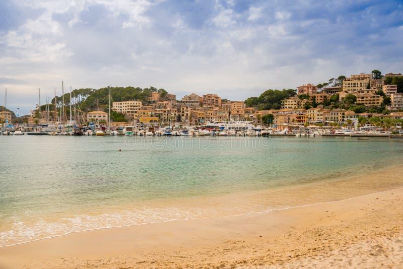 Puerto de Soller, port av den Mallorca ?n i Balearic Island, Spanien Härlig strand och fjärd med fartyg i klart blått vatten av royaltyfri bild