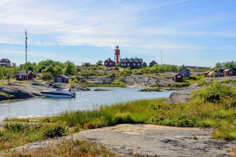 Puerto del archipiélago con el faro viejo imagen de archivo