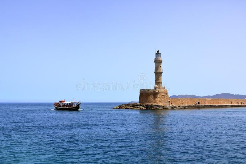 Puerto del barco de la excursión y mar Mediterráneo venecianos que cruzan de Chania, Creta, Grecia foto de archivo