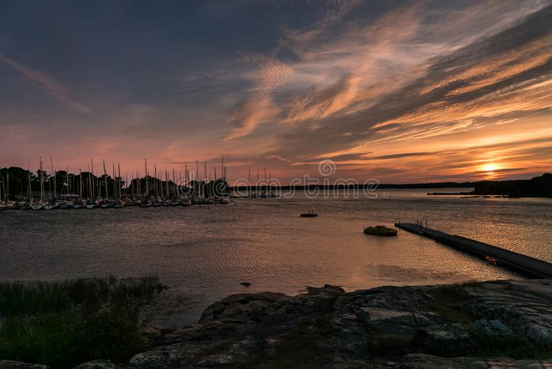 Puerto del bote pequeño con un puente y los barcos en sunlig rosado de la tarde fotografía de archivo