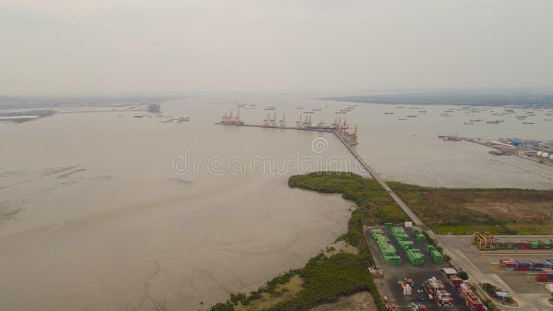 Puerto del cargo y del pasajero en Surabaya, Java, Indonesia imagen de archivo libre de regalías