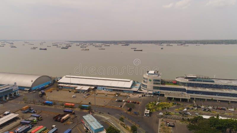 Puerto del cargo y del pasajero en Surabaya, Java, Indonesia imágenes de archivo libres de regalías