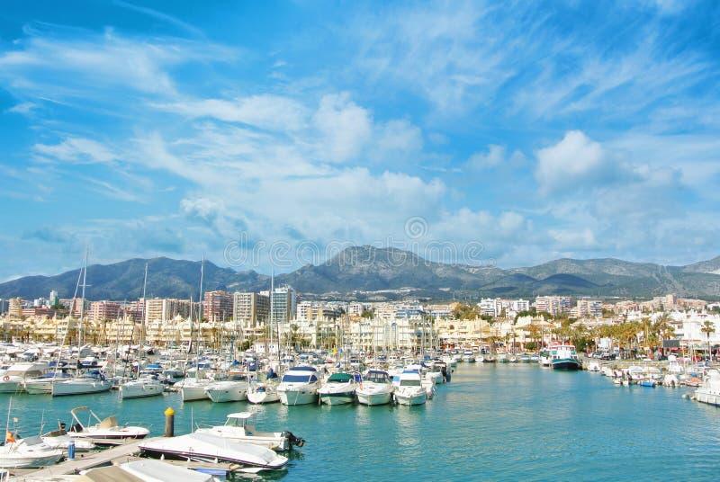 Puerto del deporte del puerto deportivo de Benalmadena Puerto, una vista a los embarcaderos con blanco fotos de archivo