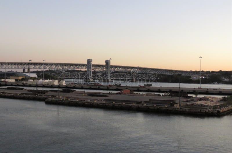 Puerto del envío de Nueva Inglaterra en la salida del sol fotos de archivo