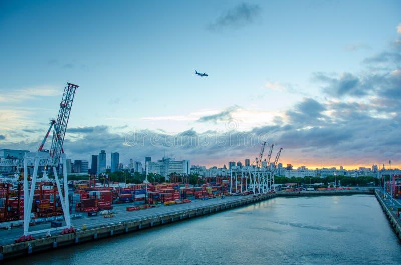 Puerto del envase de Buenos Aires, la Argentina en la puesta del sol fotos de archivo