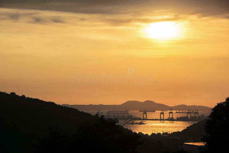 Puerto del envase de Comercial en la puesta del sol fotos de archivo libres de regalías