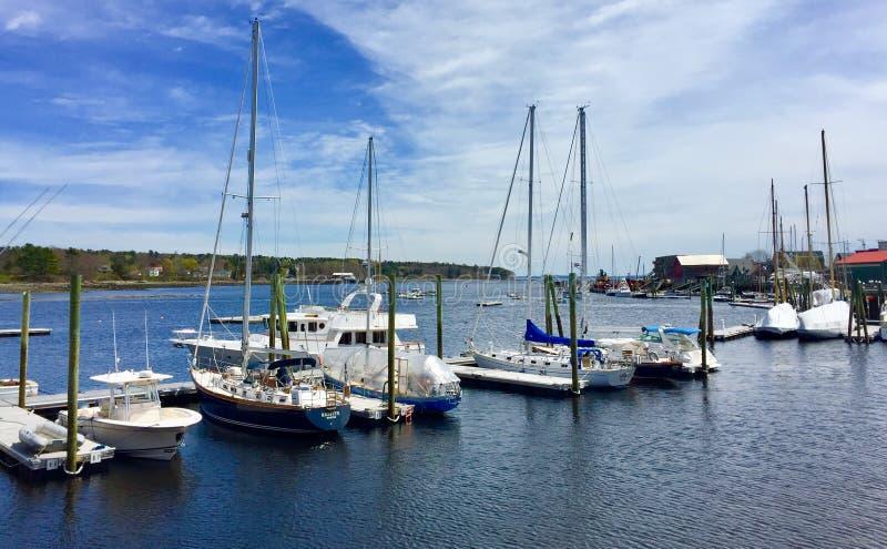 Puerto del océano en Maine central con los barcos de vela y los barcos de motor imágenes de archivo libres de regalías