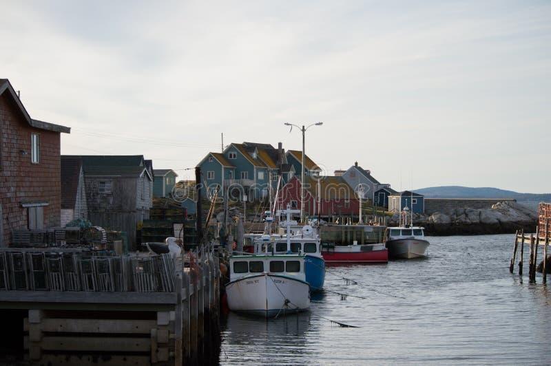 Puerto del pueblo de la ensenada de Peggys, Canadá Puerto de la ciudad, naves, barcos fotografía de archivo